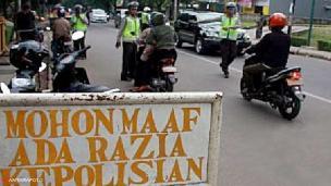 Mahalnya Sebuah Ketertiban, Hindari Razia Polisi, Tertabrakkereta