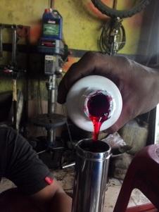 2. Tuangkan isi Oli Showa SS8 yang berwarna merah sirup masjan ke dalan Pipe :D