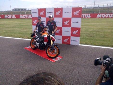 Marc-Marquez-Dan-Dani-Pedrosa-Perkenalkan-Honda-CB190R-di-Argentina-1